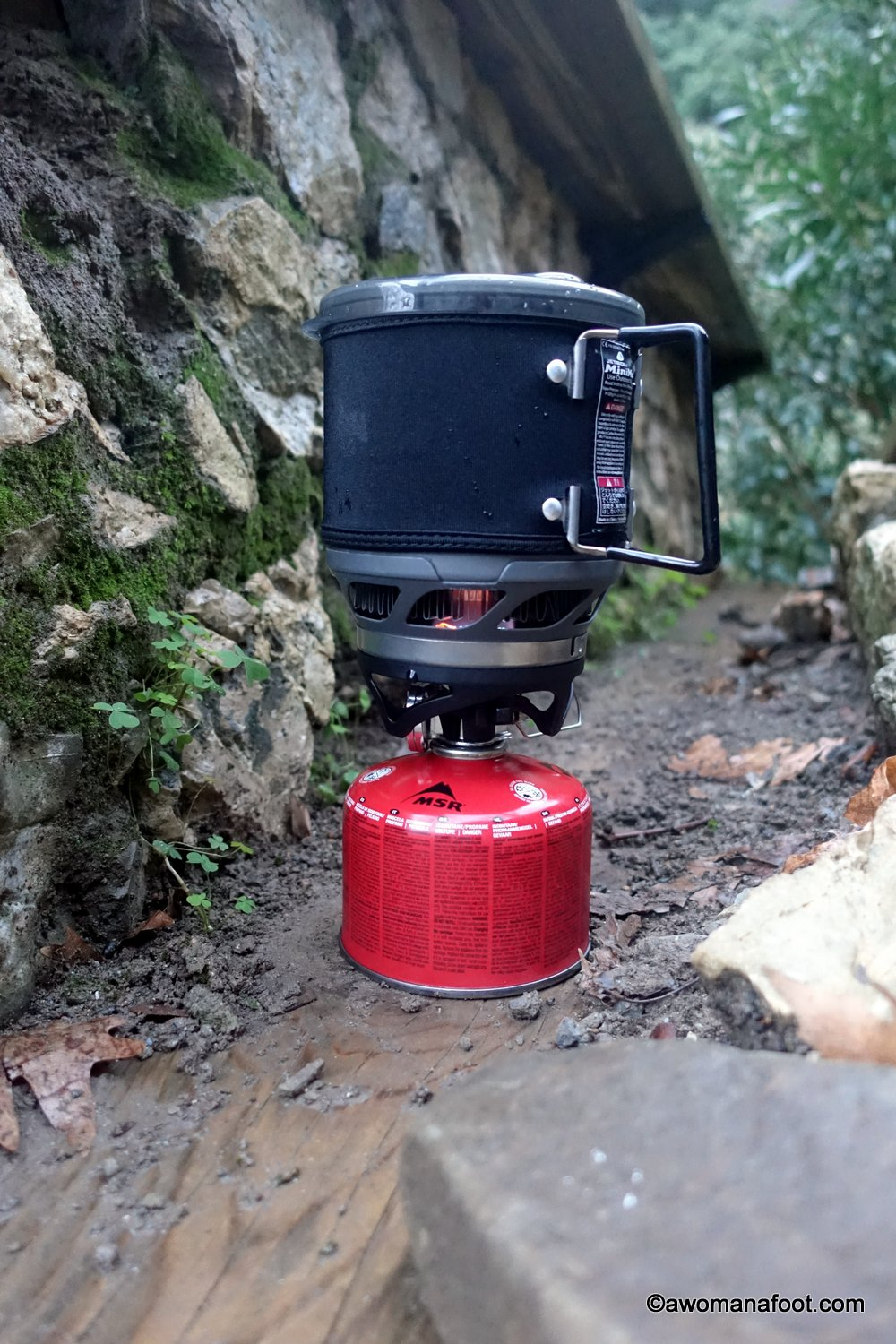 Do you need a reliable, light, and energy efficient backpacking stove? Check my review of Jetboil Minimo to see if it might be just the stove for you! Awomanafoot.com | #gear #review #hiking #camping #backpacking #HikingGear #Jetboil #CampingStove #GiftIdea #GiftsForHikers #Outdoors