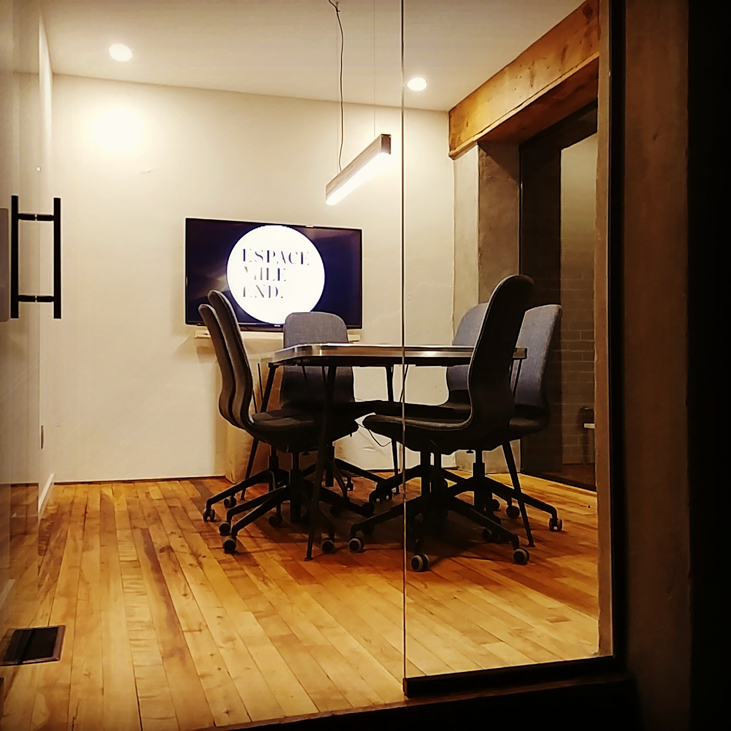 - ONLY FOR MEMBERS(capacity: 6 people)Ideal space for work meetings, sales negotiations, interviews, sales pitches and private phone calls.Included:49 inch television with HDMI cable, Chromecast,