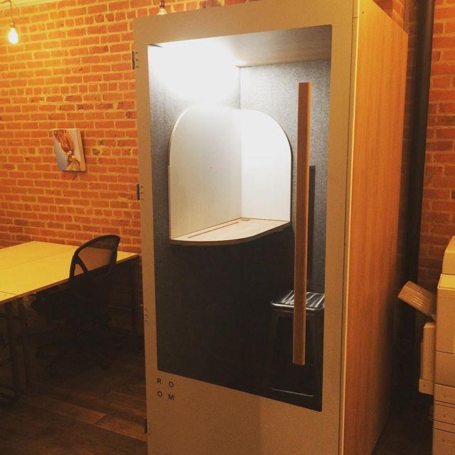 On vous présente notre nouveau bébé! Une jolie cabine d'appels fabriquée à partir de matières recyclés. @madebyroom