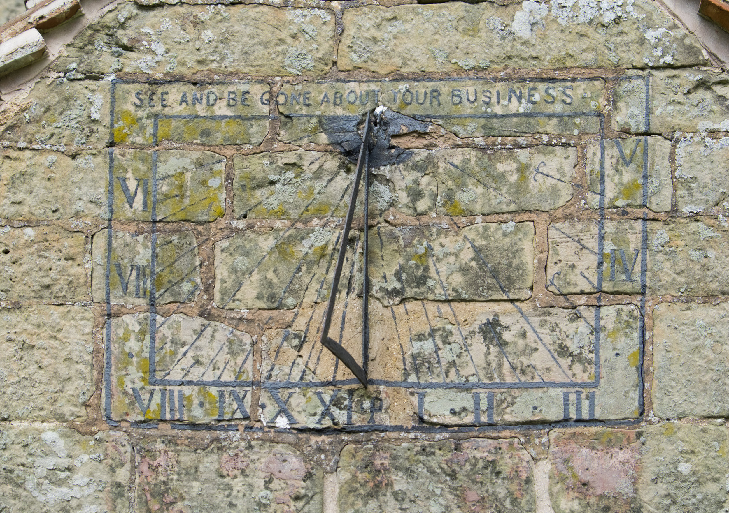 Sundial_on_the_porch_of_St._Giles_Church,_Chesterton.jpg