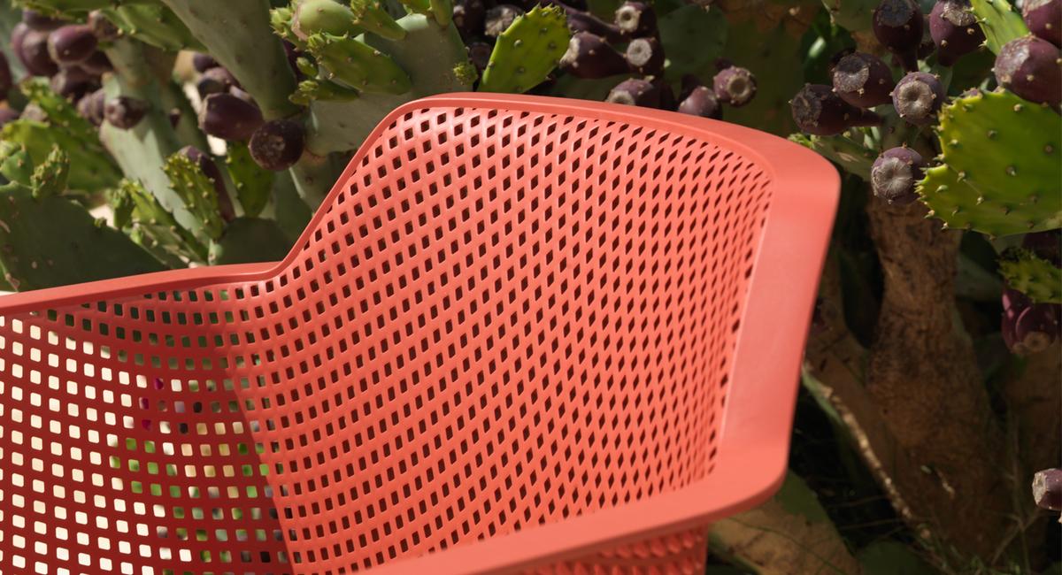 Scegli un dettaglio con il Living Coral: acquista una sedia Net Nardi con il colore dell'anno!