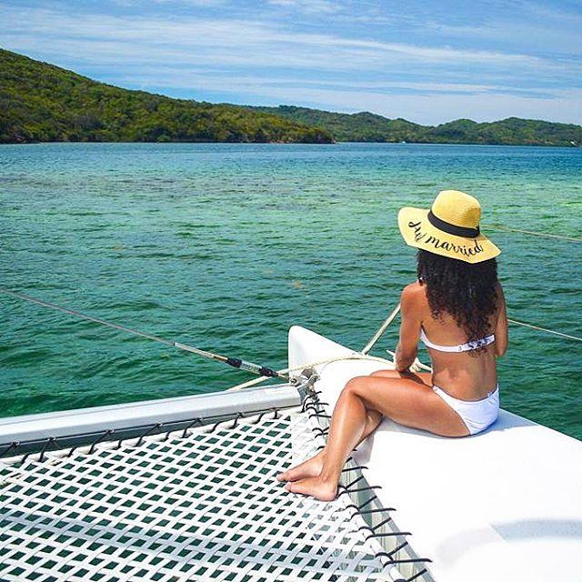 Love is in the air 💕 | . . . . . #roatan  #womenwhowander #natgeogoblue #islandsofadventure #creativetravelcouples #womenwhotravel #seetheworld #traveladdict #catamaransailing #onvacation #honeymooners #awakethesoul #islandlife #roatanisland  #honeymoontime  #suitcasetravels #travelstoke #travelandleisure  #couplesgoals #catamarancruise #islandhopping #bbctravel #sailaway #losttribemag #luxurytravel #lonelyplanet #beachlife #travelbug