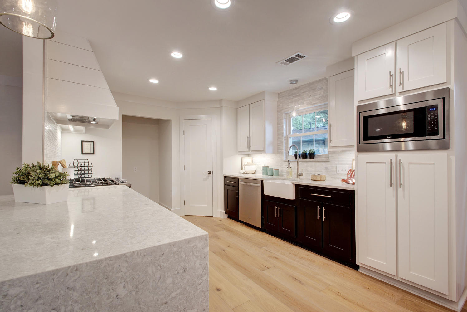 8707 Azalea Trail-large-013-8-Family Kitchen Dining 985-1498x1000-72dpi.jpg
