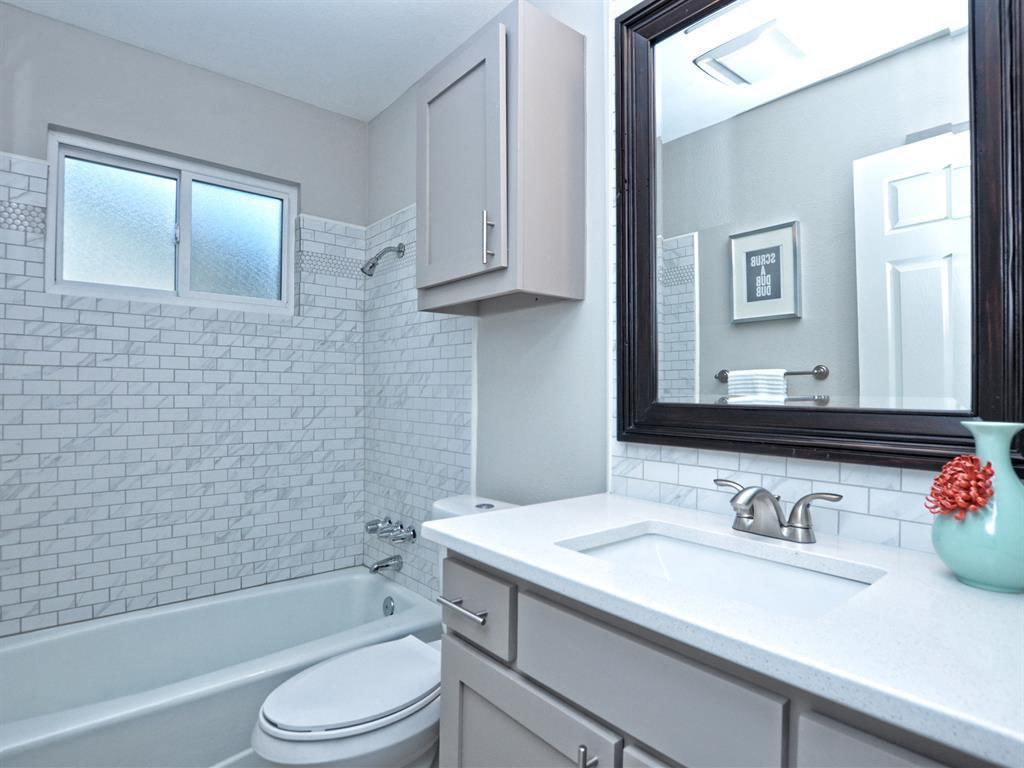 018_2nd Bathroom.jpg