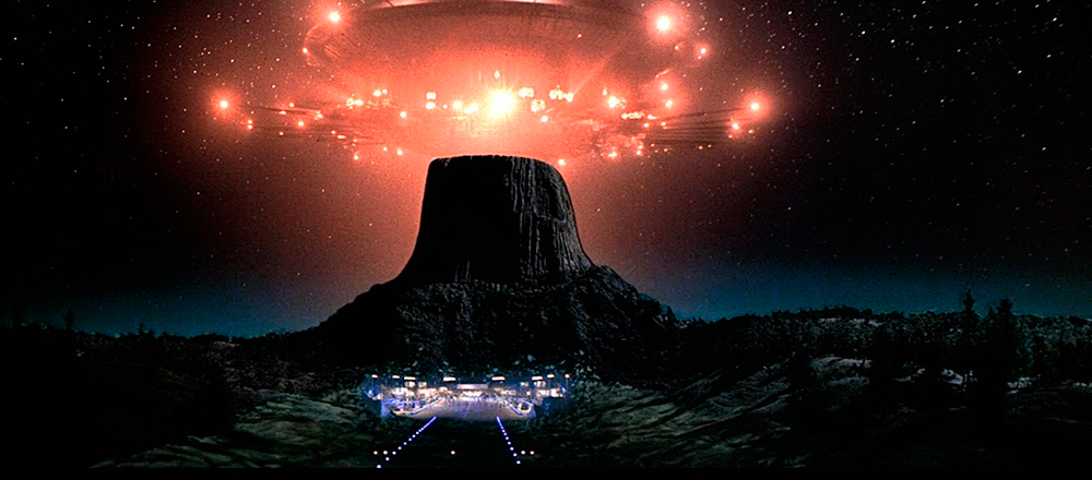 The alien mothership approaches the tower at the start of the film's finale.