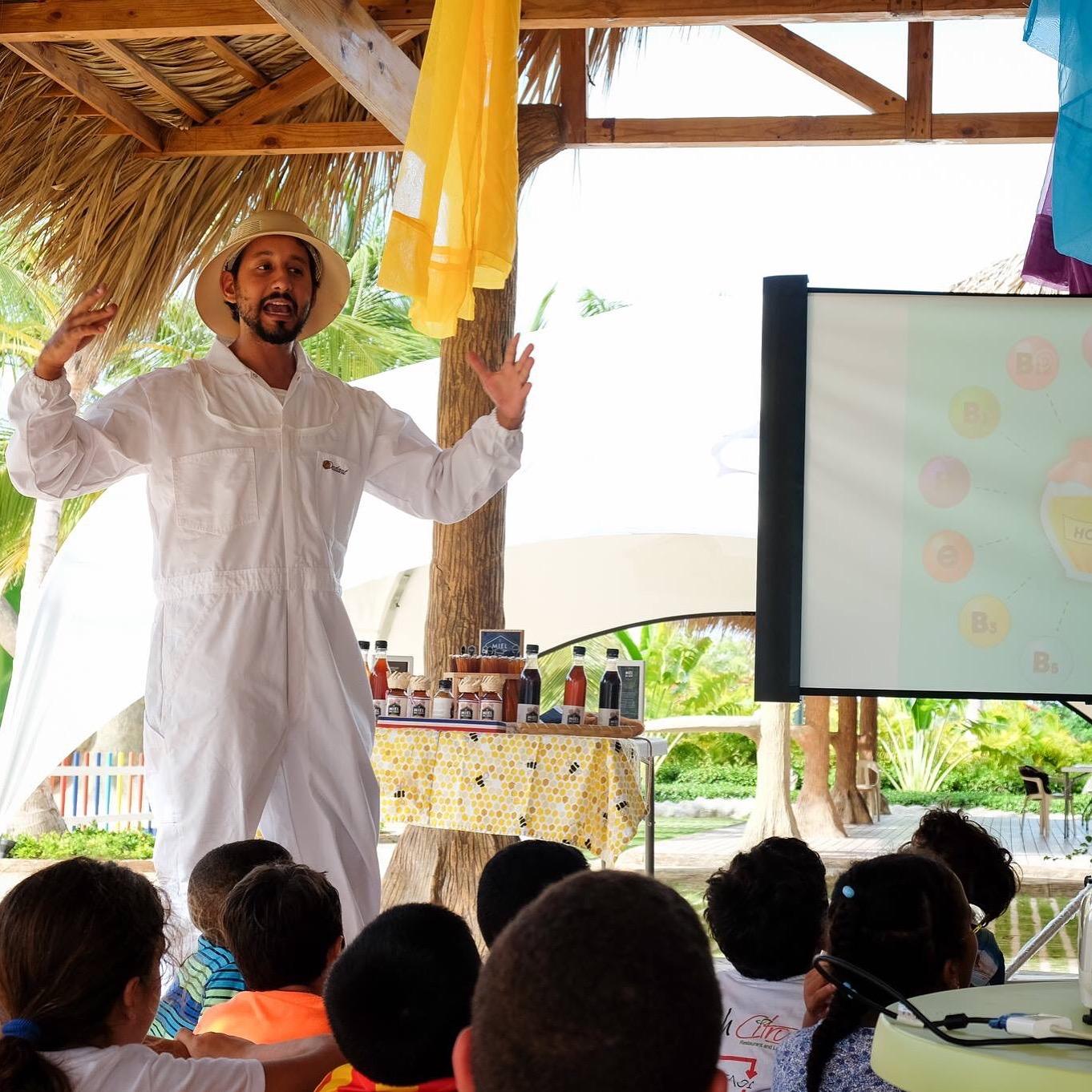 Educación - En Little Island Honey , estamos comprometidos en ayudar a educar a otros y a nuestra comunidad. Como educadores, Little Island Honey se toma muy en serio la responsabilidad social y ambiental. Creemos que es nuestra responsabilidad ayudar en educar a nuestra comunidad sobre la importancia de preservar a las abejas y proteger el planeta.Trabajamos con escuelas, compañías y otras organizaciones para colaborar y difundir la información sobre cuán importantes son las abejas para nuestras vidas, la población y el mundo en general. Nuestro CEO y fundador, Jonatan, habla con frecuencia a estudiantes de todo el país. También trabaja con compañías para ayudar con el removimiento seguro de las abejas y trabaja para reubicar las colmenas que están en peligro.¡Continuamos buscando formas de impactar nuestra comunidad para las generaciones venideras! ¡Estén atentos para ver nuestros próximos pasos y progresos!