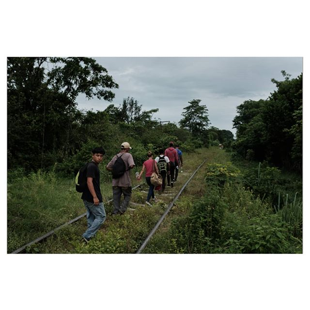 When someone mentions a migrant caravan in Chiapas it just sounds like a myth. This morning the checkpoints have pushed the 17 teen-year-old Salvadorian and other few Central American migrants he just met to find dangerous roads to move forward. Assaults and rapes have been reported on this stretch in the past few days. They know it very well... ________________ #documentary #photojournalism #photo #color #notonassigment #migration #usa #mexico #migracion #chiapas