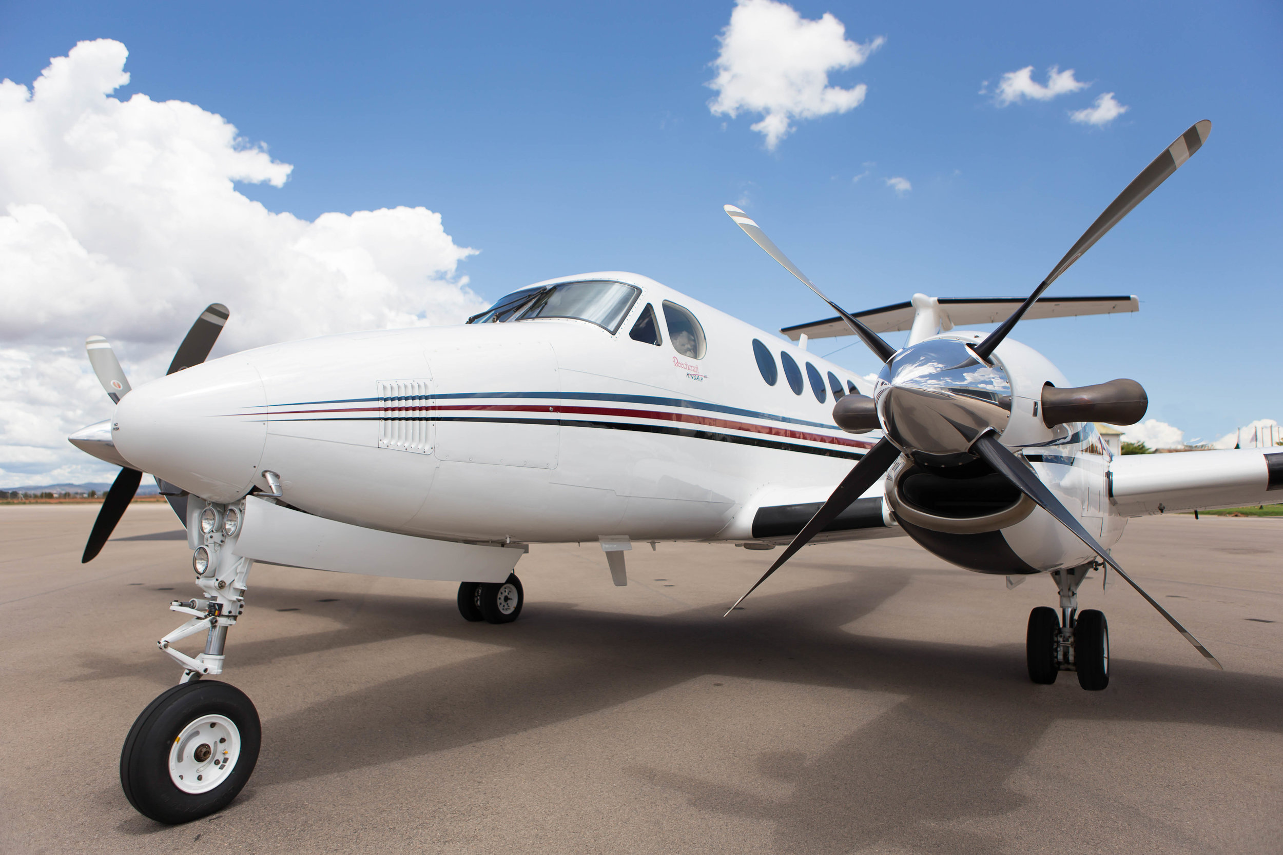 KingAir B200  King Air B200 pressurized  Crew : 2 pax  Passengers : 7 pax  Maximum cruising speed: 480 km/h