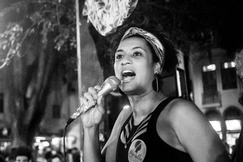 A nuestra hermana Marielle : el puño levantado, el corazón en un puño. - Varios colectivos afros.