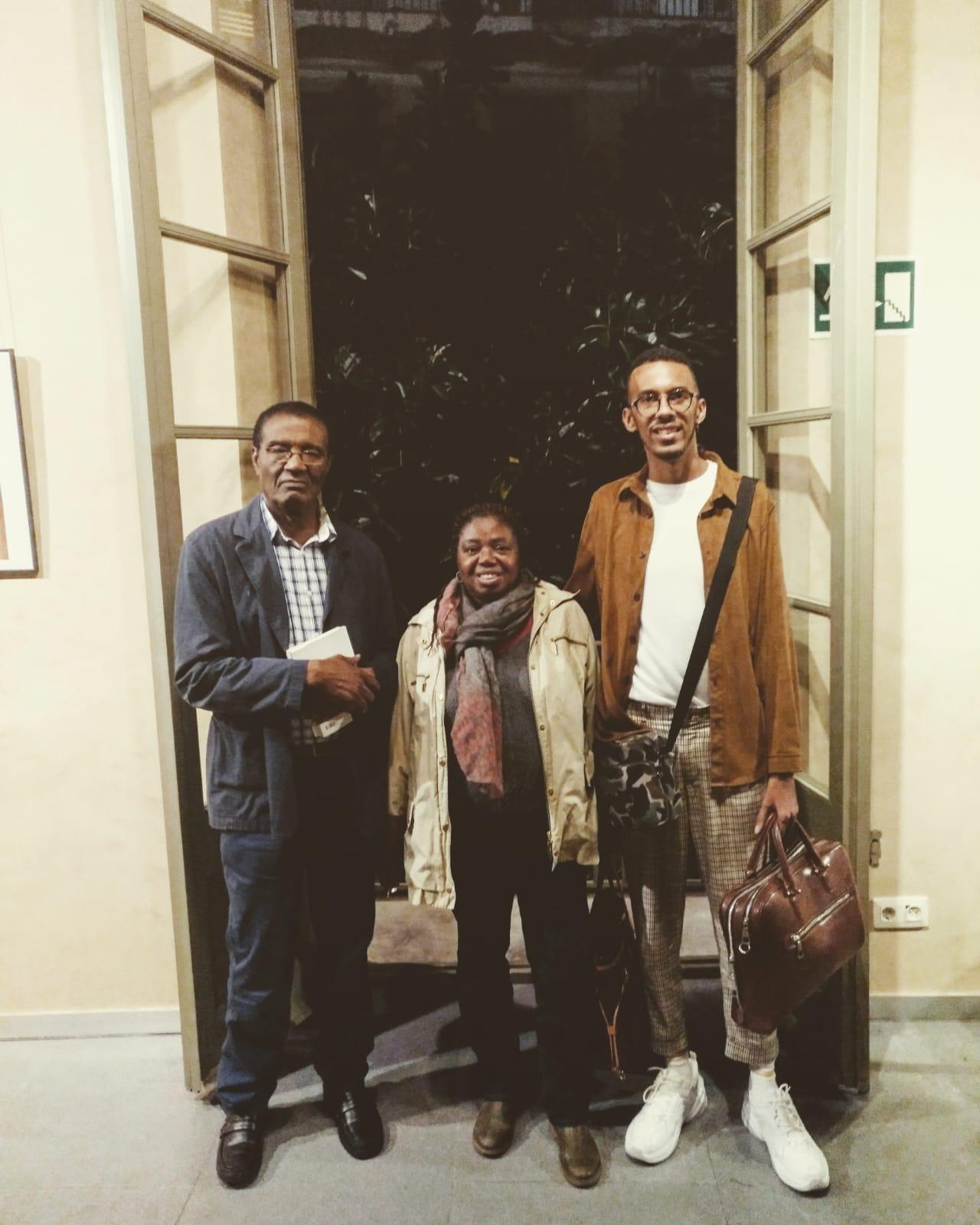 Jeffrey Abé Pans, colaborador de la Revista Negrxs, con lxs escritorxs Inongo vi Makomè y Remei Sipi