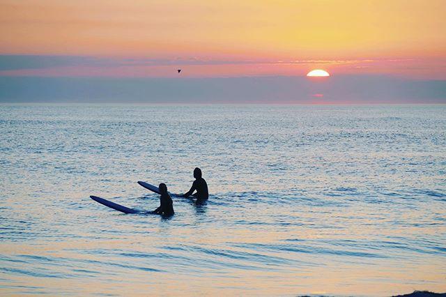 late shift romance. ~~~~~~~~~~~~~~~~~~ 📷 @julzvonsylt #surfclubsylt #onelove #sunset #nordsee #swell #longboardlove #vereinsleben