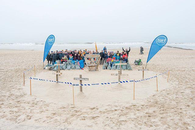 AKTION NO. I/III 2019 // 11. SCS Beach Clean Up im März.  Über 150 Teilnehmer/inner sammelten mehr als 200 Säcke Müll. Das Foto is jedoch von 2018 und zeigt das Mahnmal von @shades_of_trash, das er für unser Jubiläum gefertigt hat. 📷 @niklasboockhoff ~~~~~~~~~~~~~~~~~~~~~ #surfclubsylt #Umweltschutz #naturschutz #savetheocean #inselliebe #surf #küstenschutz #beachcleanup #sylt