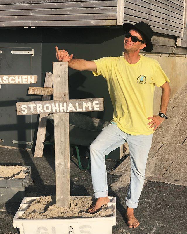 """AKTION NO. III/III 2019 KUNSTAUSSTELLUNG @shades_of_trash //Der passionierte Surfer und Insulaner Angelo Schmitt stellt vom 28. September bis zum 6. Oktober im Rahmen seines Projektes """"Shades of Trash"""" aus Strandmüll gefertigte Kunstwerke im Clubhaus des Surf Club Sylt e.V. aus und macht damit auf die Verschmutzung der Meere aufmerksam. Seit mehr als fünfzehn Jahren sammelt der gebürtige Sylter Angelo Schmitt Müll an den Stränden dieser Welt. Von Sylt bis Costa Rica, Indien, Afrika, Island oder Portugal. Von überall bringt er kleine und größere Kunststoffteile, die er teilweise tief im Sand vergraben gefunden hat, mit nach Sylt. Liebevoll und zugleich schockiert über den respektlosen menschlichen Eingriff in die Natur und die Ausmaße, die das globale Umweltproblem angenommen hat, fertigt er aus mehreren Teilen einzigartige Kunstfiguren. Er lässt verschiedenste Charaktere entstehen, die durch ihre Optik einerseits Sympathie hervorrufen, andererseits jedoch wesentliche Einblicke in die Umstände und Schwierigkeiten des jeweiligen Herkunftslandes bieten. """"Wo soll die Reise hinführen? Wann fangt ihr an euch einzubringen?"""", lautet Angelo Schmitts Appell an die Politiker, Insulaner, Touristen, eben uns alle. WANN: 28.09.-06.10.19 WO: Clubhaus, 15-17.30 Uhr ~~~~~~~~~~~~~~~~~~~~~~~~~~ 📷 @julzvonsylt #surfclubsylt #shadesoftrash #angeloschmitt #stoptheplasticmadness #umweltschutz #kunst #sylt #inselliebe #inselkind"""