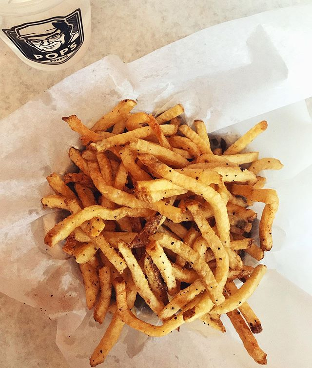 They just might be my favorite fries in town! Paired perfectly with a juicy Hot Hot 🔥 & the Hallouminati 🍆 • • • @popspoboys #friday #fryday #friyay #saltandpepper #frenchfry #getinmybelly #birthday #birthdaylunch #lafayettela #onlylouisiana #downtownlafayette #hungrygirl #naptime #spiceisnice #cheatday #eatit #foodgram #instafood #foodlove #eatlocal @ashmanwelly @seansonite @brightsidepictures