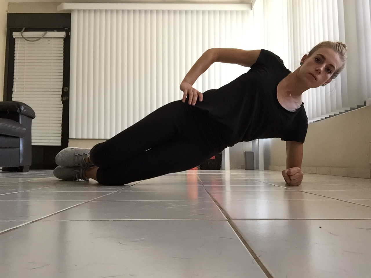 Side Plank on Knees: Elbow directly under shoulder, neck is relaxed and neutral, eyes looking fwd.
