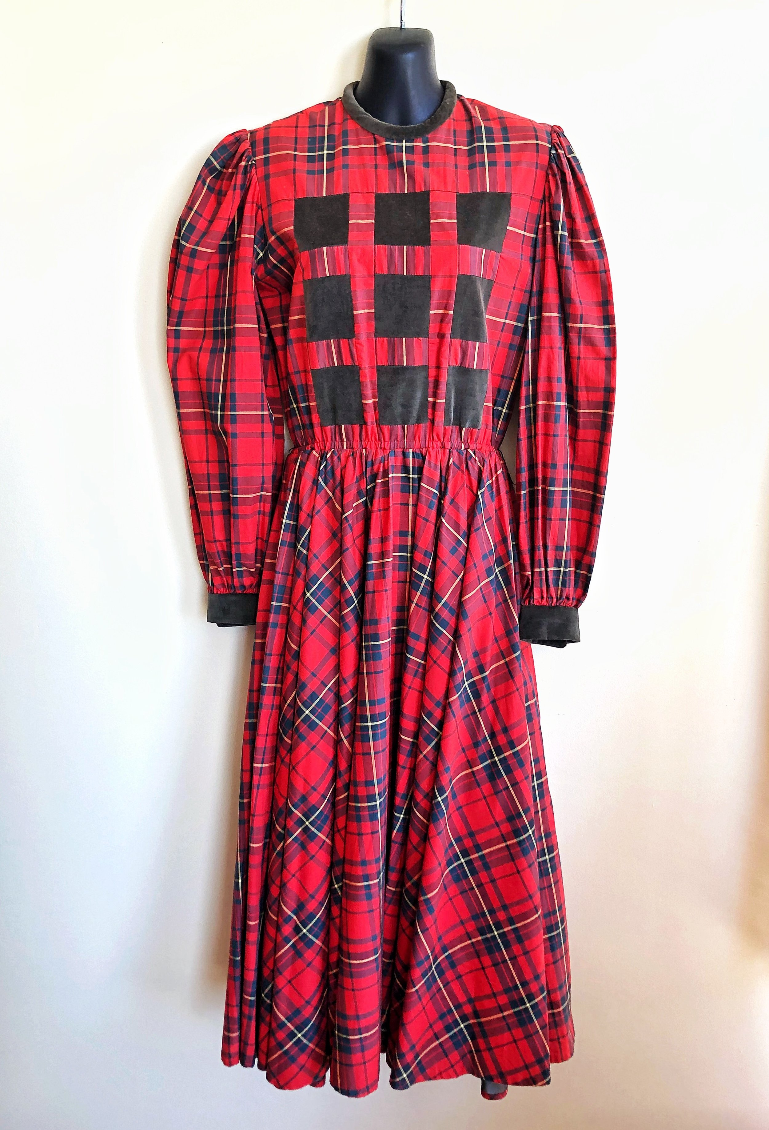This adorable 100% cotton Suttles & Seawinds plaid peasant dress is incredibly well made and looks so great on. Made in Nova Scotia in the 1970s-80s by Vicki Lynn Bardon: it's a piece of Canadian fashion history! It's comfy and stylish at the same time, so you have it all!