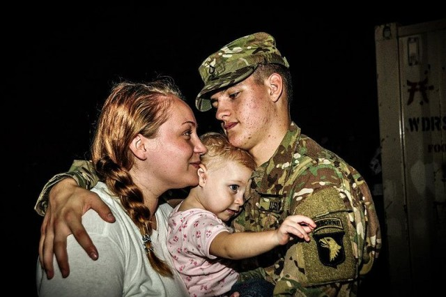 Flickr_-_The_U.S._Army_-_Saying_goodbye_1-e1437750076721.jpg
