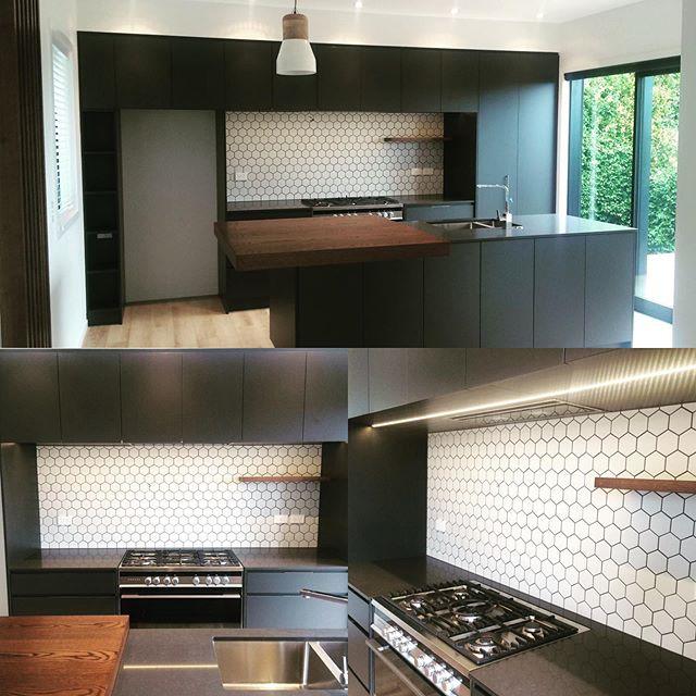 White, eye-catchy hexagon splashback? Simple way to add visual interest to a kitchen #fluid_interiorsnz #kitchendesign #kitcheninspiration #kitchenauckland #hexagonsplashback