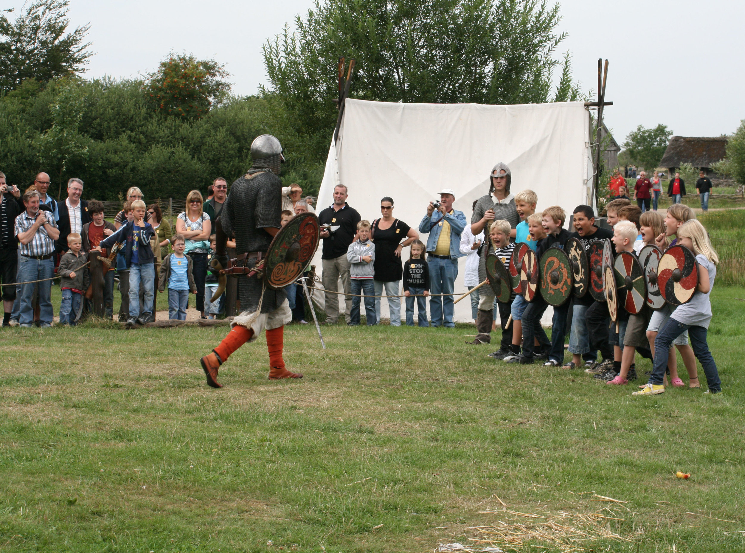 Skoleelever klar til krigertræning i Ribe Vikingecenter, der tilbyder forskellige undervisningsforløb