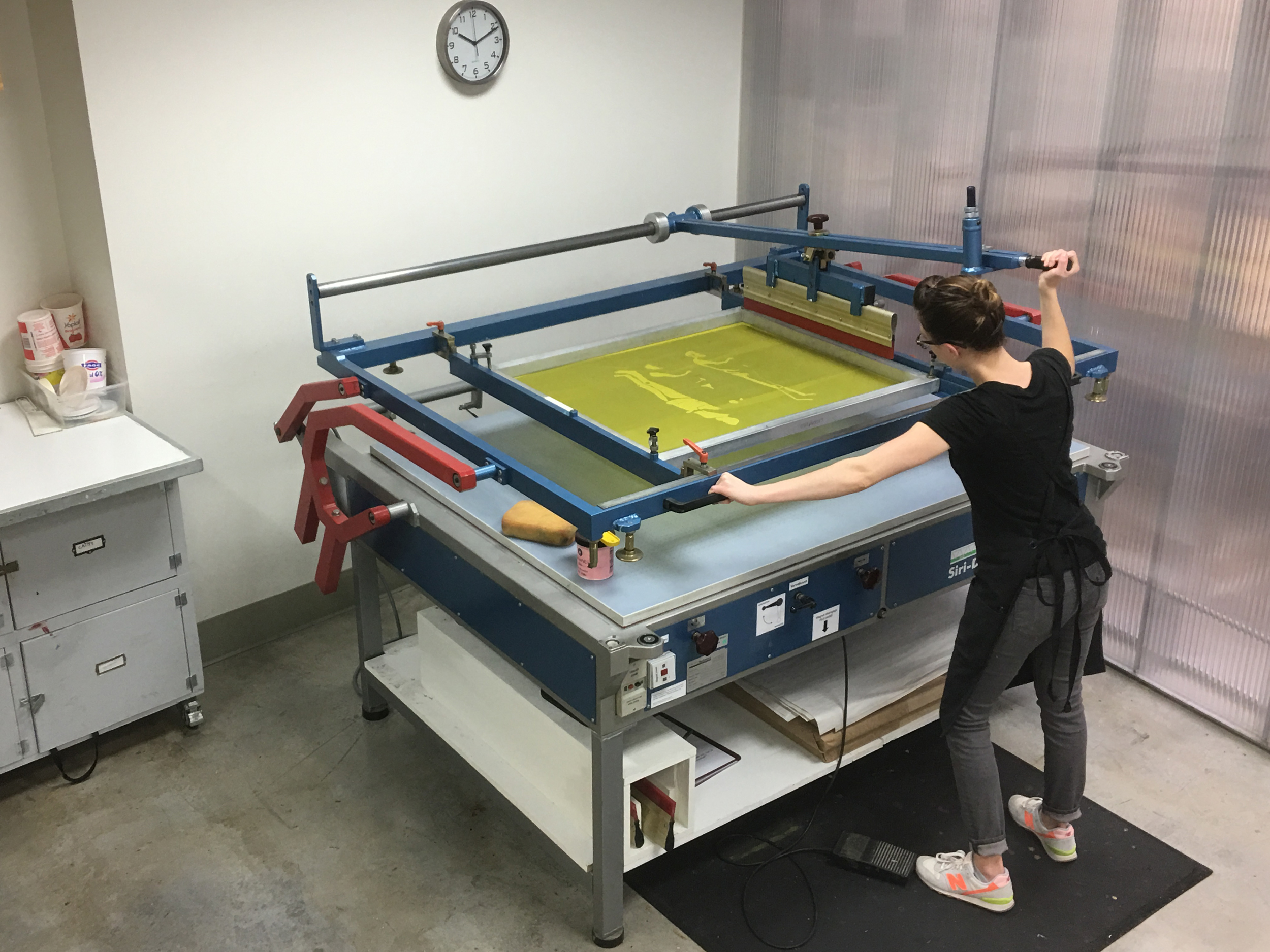 One arm vacuum screen table