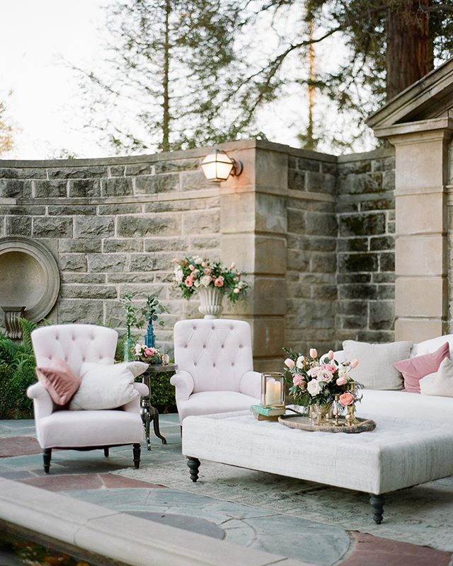The coziest place to put your feet up after hours of dancing…or to get through those mid-week feels.  Photo | @braedonflynn Florals | @shawnayamamoto Venue | @greystonemansionbh Decor | @foundrentals