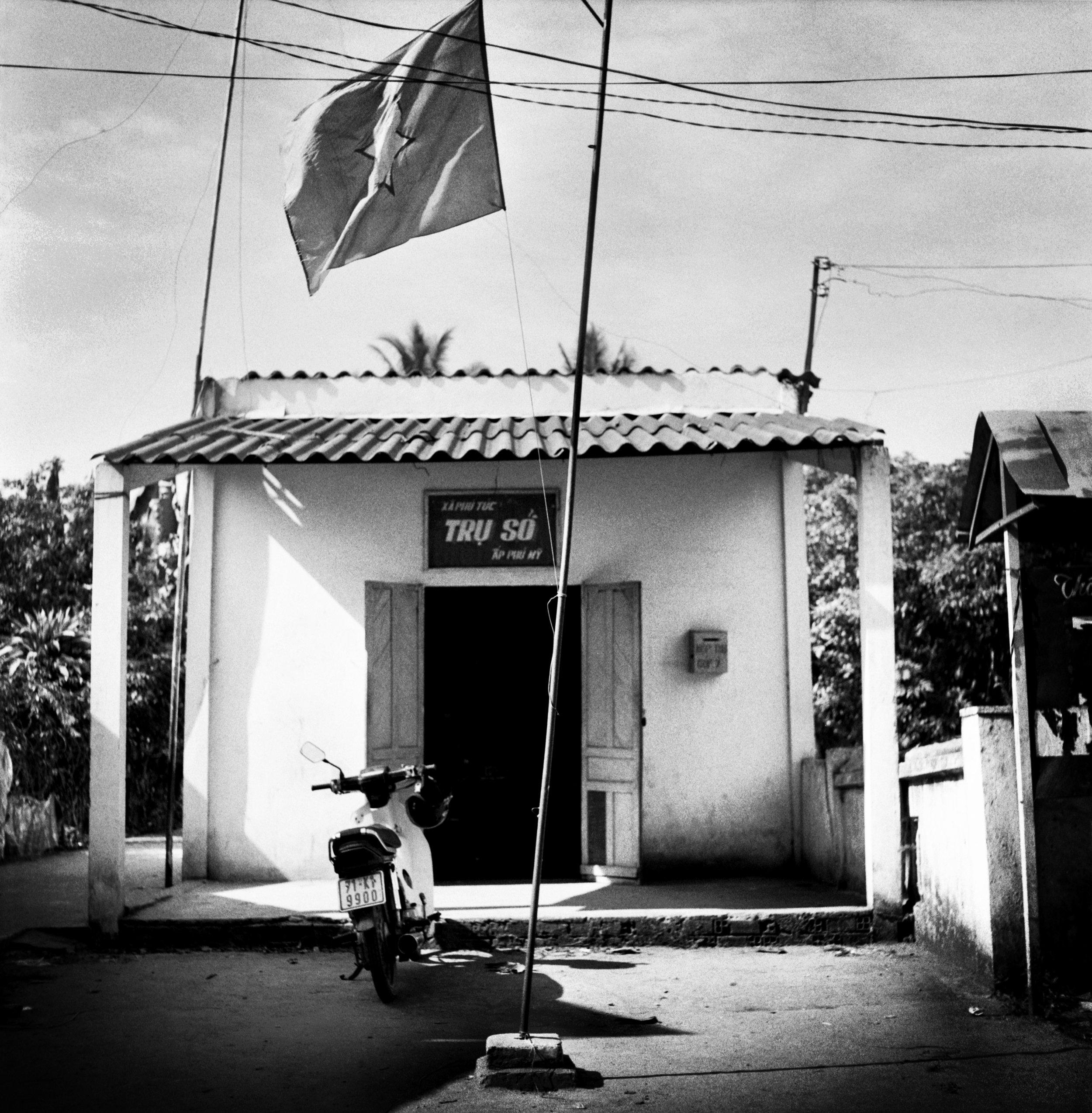"""Que suis-je donc venue faire au Vietnam?  Qu'est-ce que j'y recherchais exactement?  Comprendre d'où je venais, qui j'étais, où je me """"situais""""?    Mais qu'ai-je réellement perçu, retenu, compris du pays de mes racines et de ce lien imperceptible qui m'y attache?"""