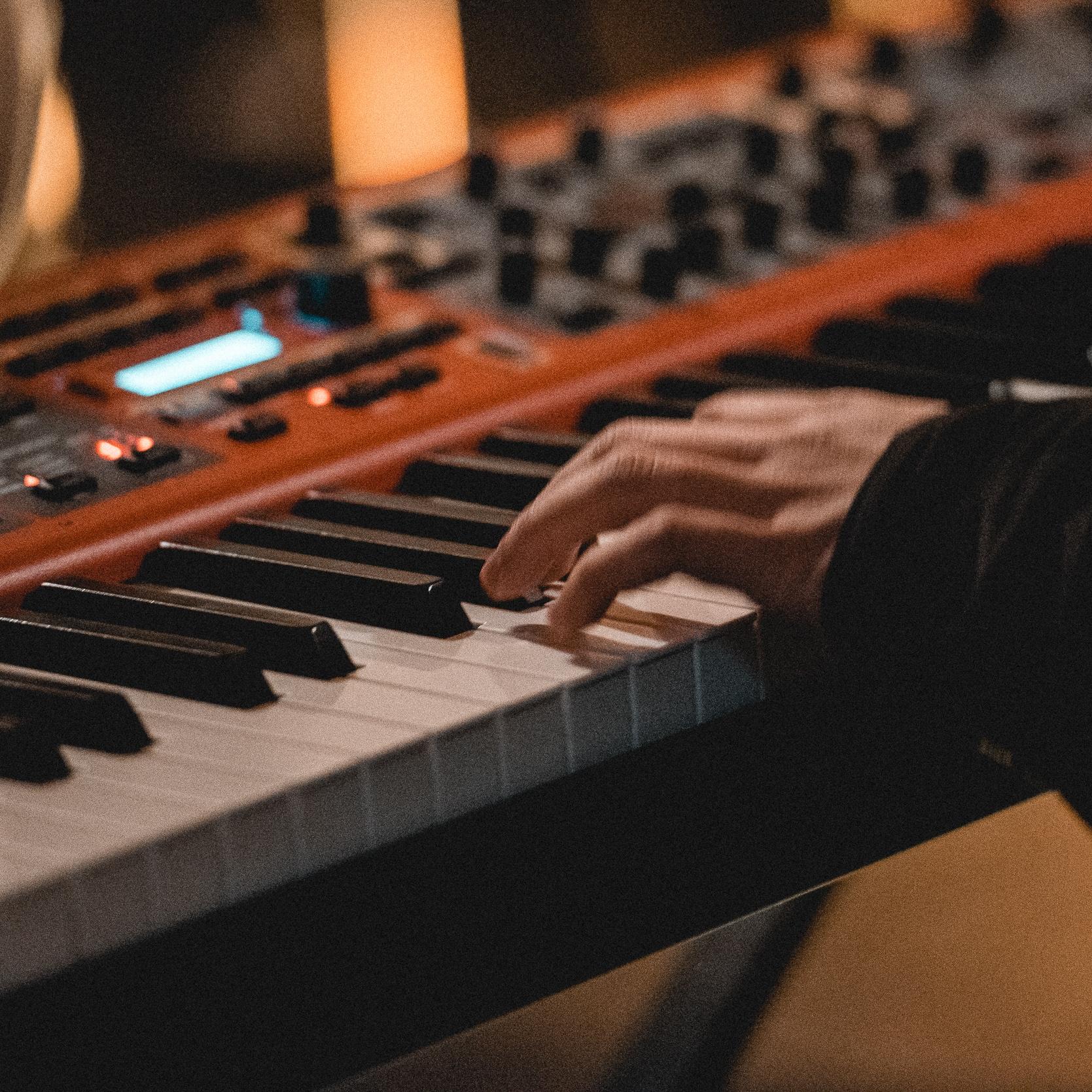 VLOER 1  biedt  repetitieruimtes en een DIY-opnamestudio  aan aan de jonge Leuvense muzikant. Daarnaast bouwen ze een  concertwerking  uit waarbij beginnend muzikaal en organisatorisch talent ervaring kan opdoen. Op die manier stimuleren ze de verdere ontwikkeling van de muziekscène die Leuven te bieden heeft.   contact:    repeteren@vloer1.be    openingsuren: reservatie op aanvraag.