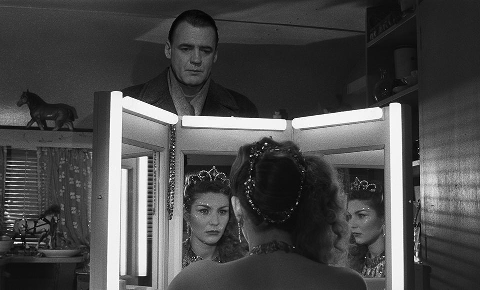 Still uit  Der Himmel uber Berlin , de prachtige film van Wim Wenders. De man, een (onzichtbare) engel, wordt verliefd op een vrouw en overweegt om het eeuwige voor het eindige in te ruilen om haar zijn liefde te kunnen tonen.