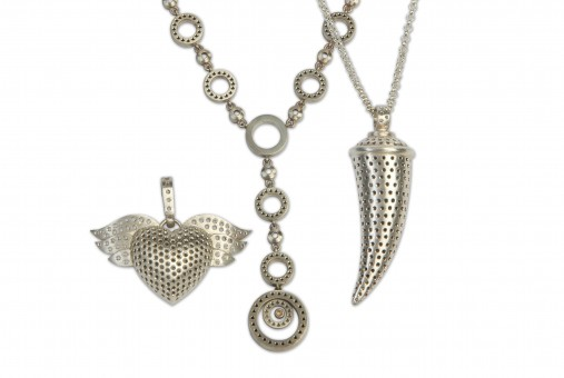 Pendants that catches the eye can make a difference to the outfit.