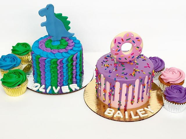 🦕🍩 The cutest smash cakes for twin boy and girl 1st birthday celebration! 💚💙💜💗