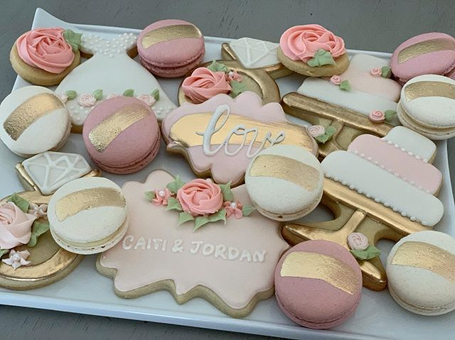 Macarons and decorated cookies make the most beautiful dessert trays!!!! 💗✨ Loving the details on this bridal set!!