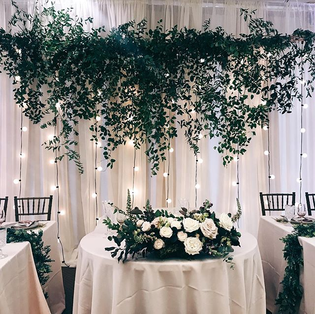 A favorite set up - aspen branching dropping in greens, a head table focal and beautiful settings for the wedding party 🙌🏻