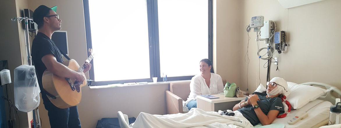 Amos Lee aan het spelen in een ziekenhuis namens Musicians On Call — Foto: MOC