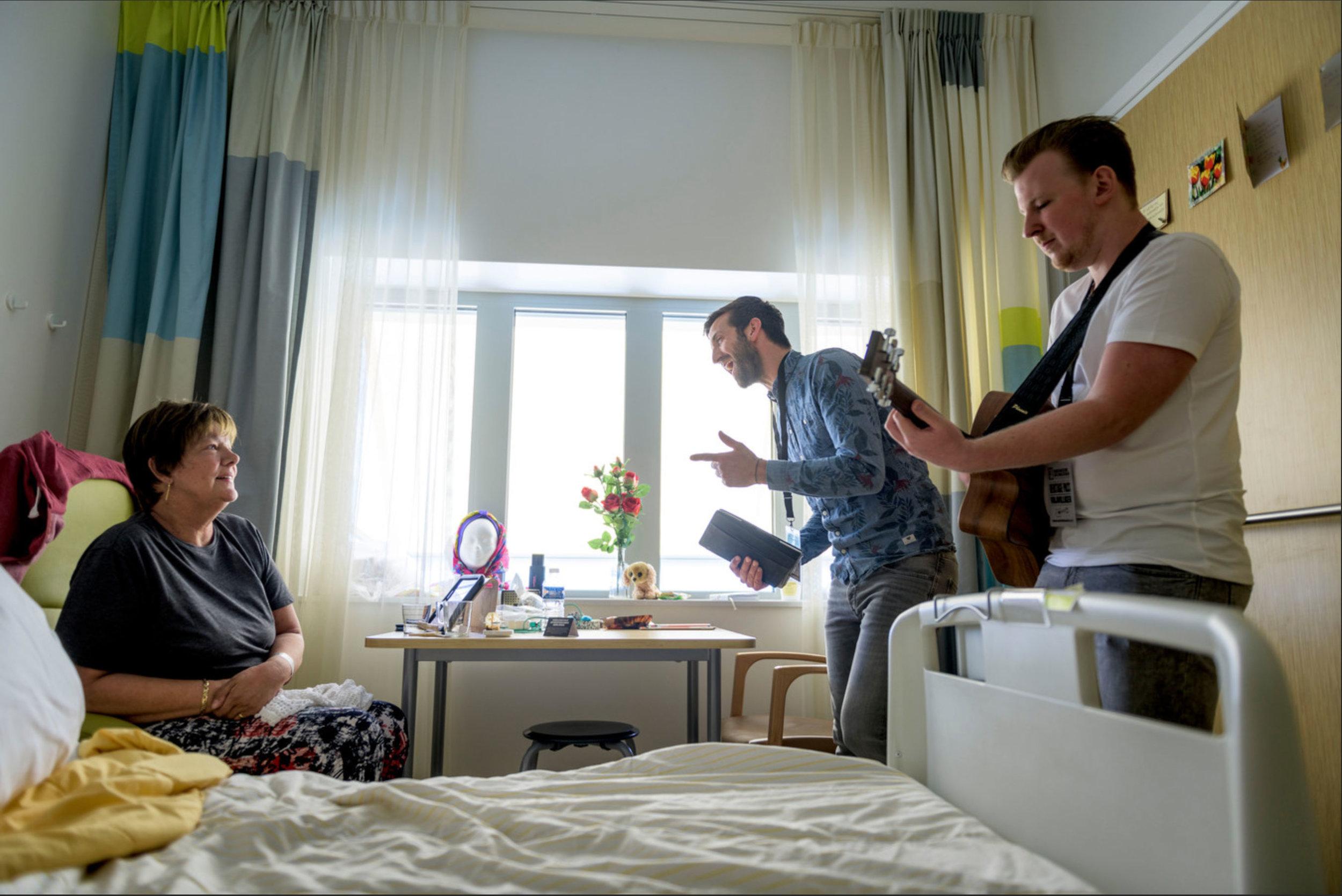Luuk Nengerman en Benjamin Kuijpers spelen country-muziek, Trudy van der Weerden geniet met volle teugen. Foto: Emiel Muijderman.