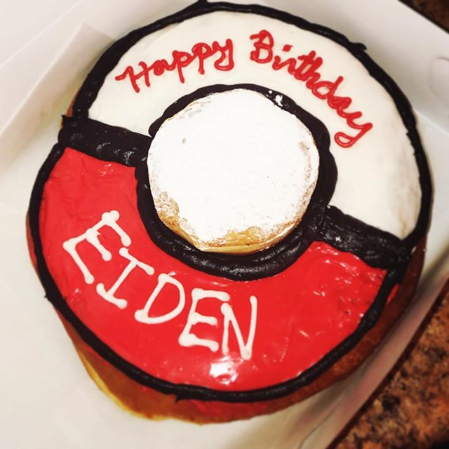 Flash back to a pretty gnarly jumbo doughnut we did for Eiden's birthday. •Pokémon ball• • • • #tagafriend #doughnuts #donuts #donutlife #bakery #bakerylife #cronut #crafts #details #cincinnati #pokemon #pokemongo #marcellasdoughnuts #pokemondoughnut #pokemondonut