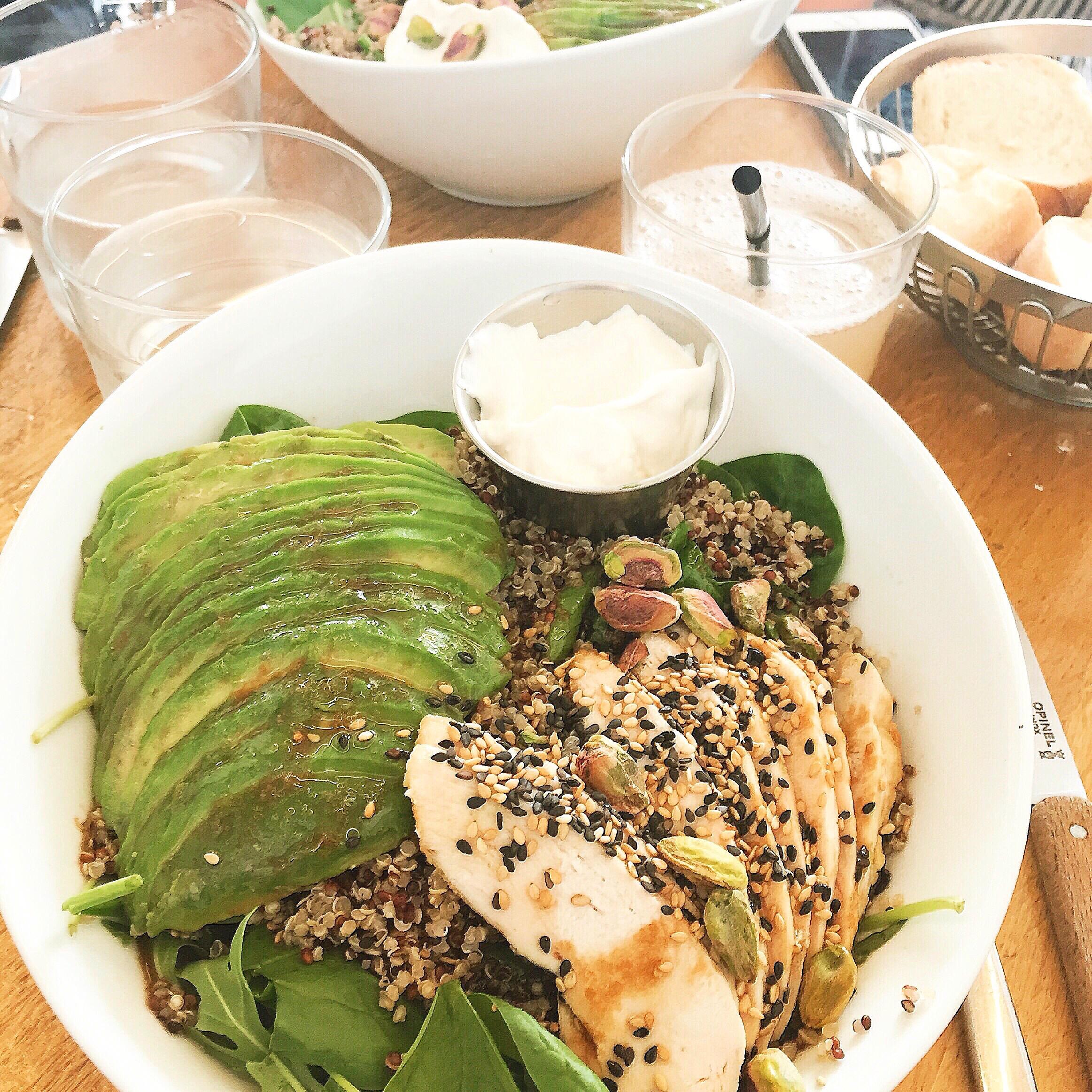 Season - Brunch & Healthy FoodQu'est ce que je commande ?- La salade Quinoa/Poulet- La Shakshuka- Les Pancakes Moelleux au Sirop d'Érable- Un jus frais presséAvec qui ?Un groupe d'amis, à l'heure du déjeûner