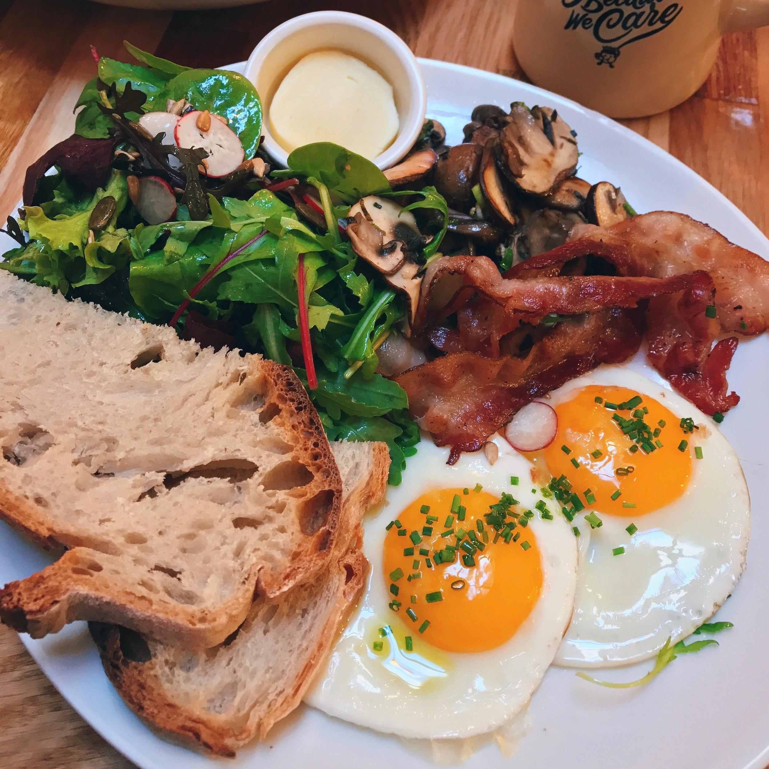 Holybelly - Melbourne-Style BrunchQu'est ce que je commande ?- 2 oeufs + 2 accompagnements au choix- Les Pancakes Sucrés- Un AméricanoAvec qui ?Un groupe d'amis