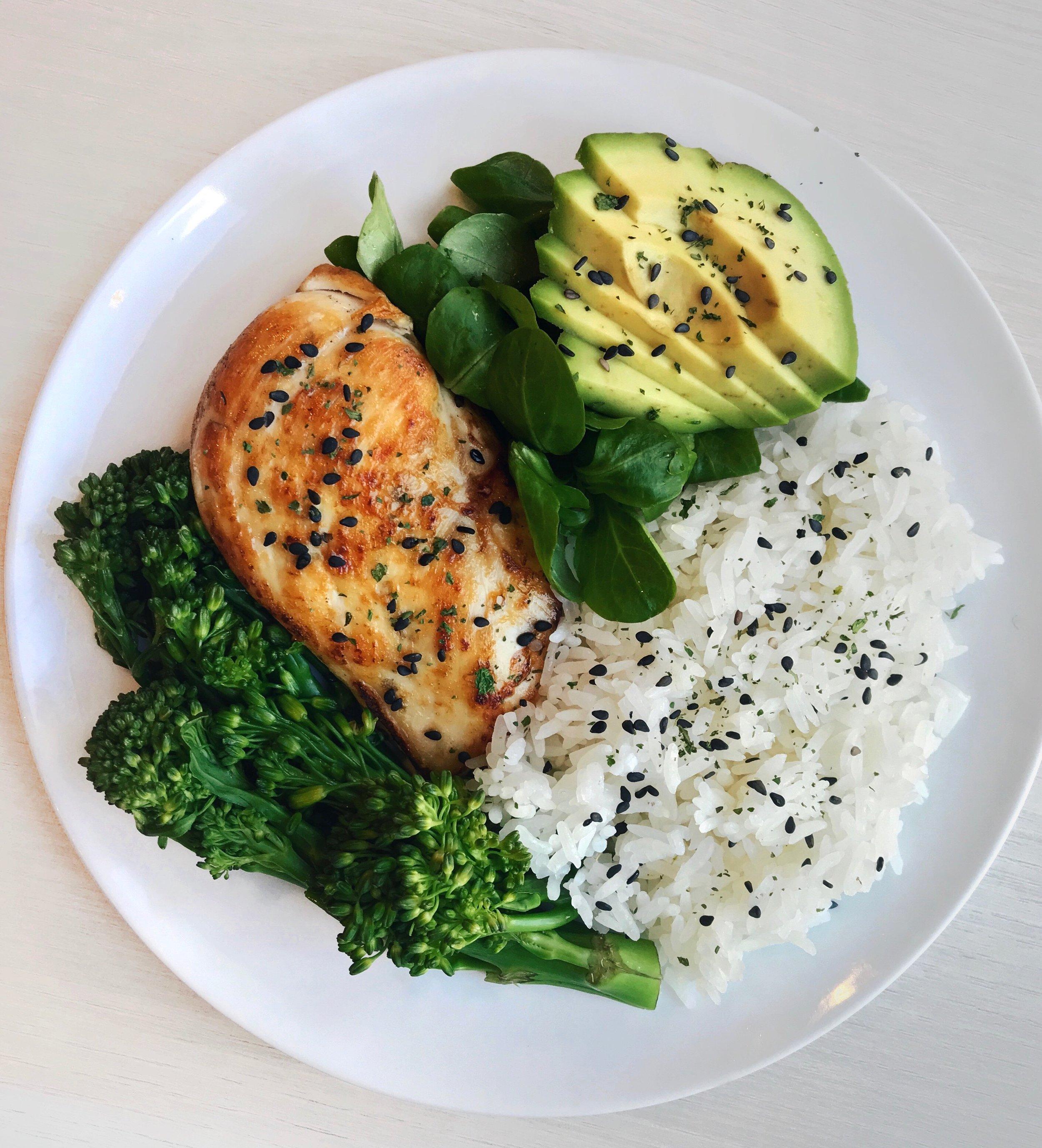 Poulet Grillé aux Herbes, Riz & Légumes Verts - Poulet grillé (cuit quelques minutes à feu moyen avec un peu d'huile d'olive et du coriandre) + riz basmati cuit vapeur + avocat + salade mâche + graines de sésame