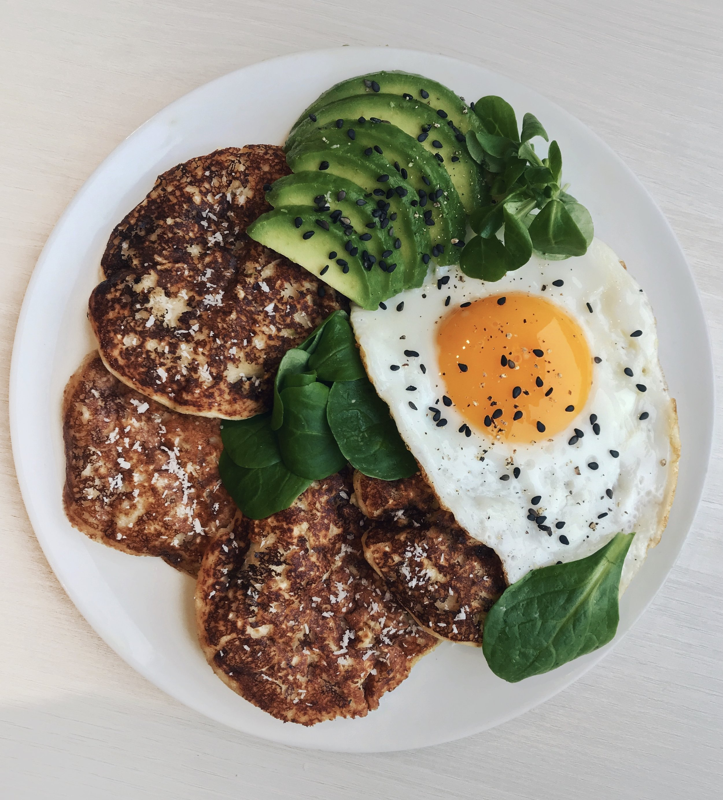 Savory Pancakes with Avocado, Egg & Salad - 4 tbsp @nu3_fralmond flour (30g) + 3 tbsp @quakeroats (20g) + 1/2 tsp baking powder +3 tbsp @tropicanafrapplesauce (50g) + 1 scoop @vitalproteinscollagen (optional) + a pinch of sea salt +2 eggs + 1/3 cup @alprosoy milk (80ml). Mix all the ingredients together with a whisk then cook on low heat with coconut oil. Serve with a crispy fried egg,@naturalia_magasins_bioavocado and salad
