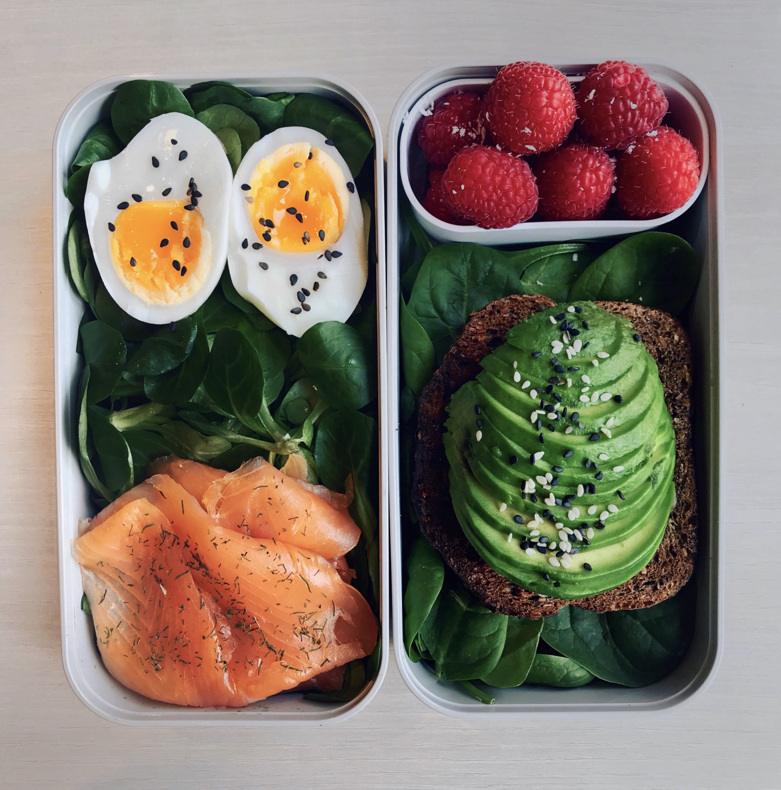 Avocado Toast, Smoked Salmon & Egg Bento - Bed of salad leaves topped with a soft-boiled egg (6min cooking) + some @labeyriefrance smoked salmon + toasted nordic bread topped with avocado slices and @naturalia_magasins_bio sesame seeds + @driscollsberry raspberries with coconut powder