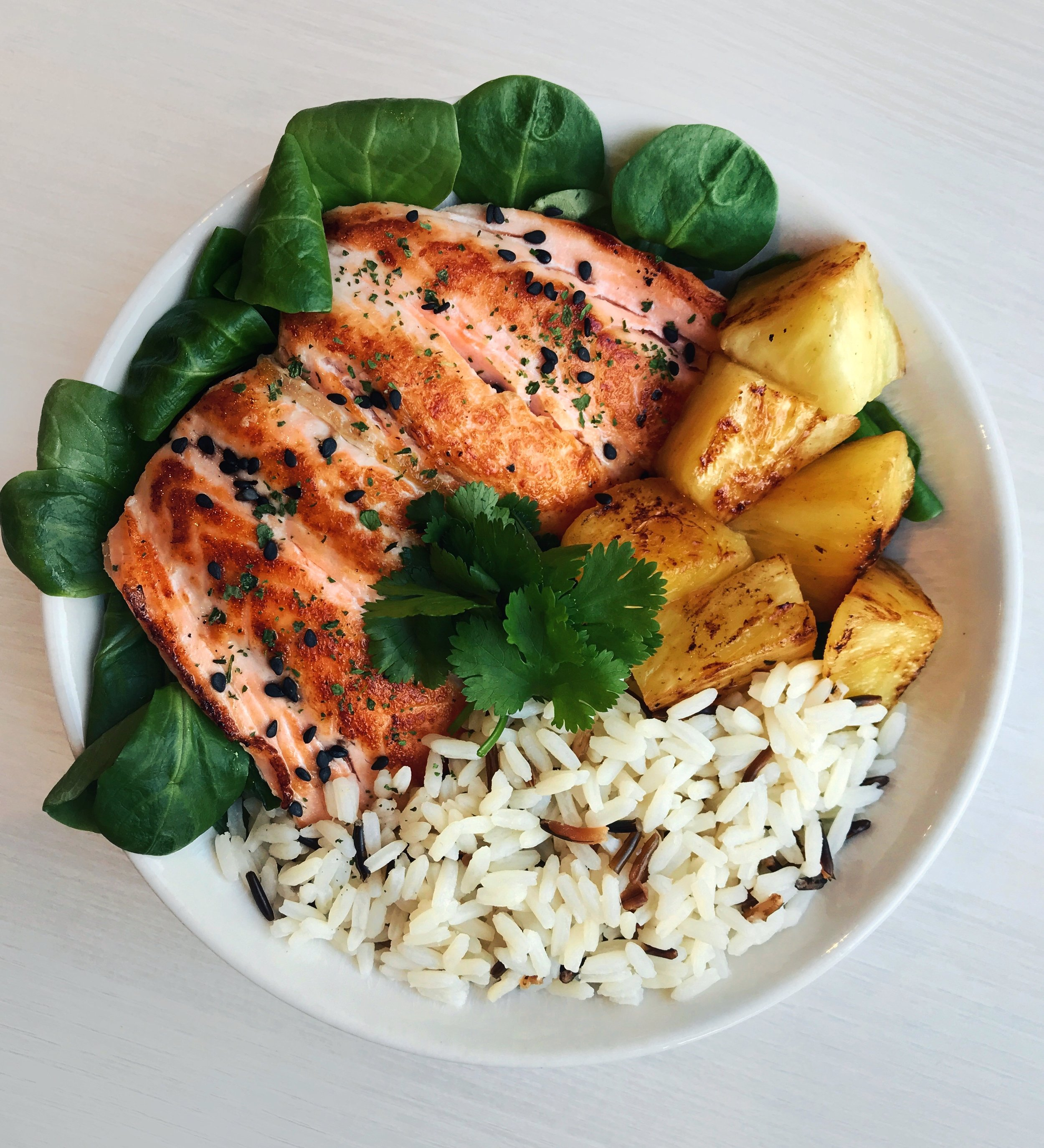 Sweet & Savory Salmon Bowl - Grilled salmon (cooked with @terradelyssa_frolive oil in a pan for a few minutes on each side) + white and black rice + sauteed pineapple (in a pan with coconut/olive oil) +@florette_francesalad leaves + cilantro +@naturalia_magasins_biosesame seeds