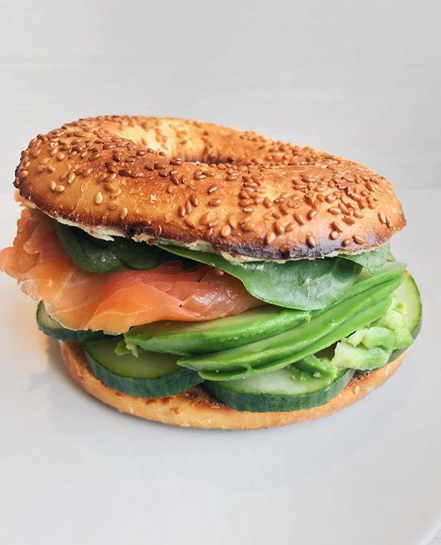 🇺🇸 Salmon & Avocado Bagel 🍃 Nothing beats a good salad or bagel for lunch when the weather gets warm 😋 Have a great evening guys! 🇫🇷 Bagel Saumon Fumé & Avocat 🍃 Aperçu d'un petit bagel pour déjeuner, idéal quand on manque de temps 😋 Bonne soirée à tous ! Details 👉 toasted sesame bagel + @labeyriefrance salmon 🐠 + @naturalia_magasins_bio avocado 🥑 + @monoprix cucumber 🥒 + @florette_france salad leaves 🍃 + dairyfree cream cheese