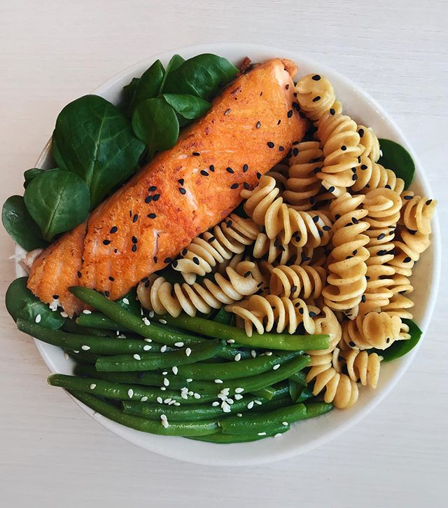 🇺🇸 Grilled Salmon, Wholewheat Pasta & Green Beans 🍃 Made this quick dinner the other day and now I'm thinking about having it again 🤤 Happy Sunday guys! 🇫🇷 Saumon Grillé, Fusilli Complètes et Haricots Verts 🍃 Petit dîner tout simple pour les terminer le weekend 😋 Belle soirée à tous ! Details 👉 grilled salmon (cooked with @mykalios olive oil in a pan) + @naturalia_magasins_bio wholewheat pasta + @picardsurgeles steamed green beans + salad + sesame seeds + olive oil
