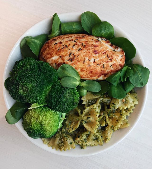 🇺🇸 Grilled Chicken, Pesto Pasta & Greens 🍃 I'm currently on holidays so I'm sharing a lunch from just before the holidays 😊 Hope you all have a great weekend! 🇫🇷 Poulet Grillé, Pâtes au Pesto & Broccoli 🍃 Actuellement en vacances, du coup je vous partage un déjeuner préparé à la maison avant le départ 😊 Bon weekend à tous ! Details 👉 grilled chicken (cooked with @terradelyssa_fr olive oil in a pan) + @barilla wholewheat pasta (with pesto sauce, recipe a few posts below) + steamed broccoli + @florette_france salad leaves
