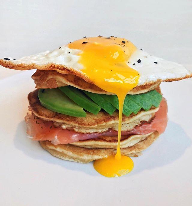 🇫🇷 Pancakes Avocat, Saumon Fumé & Oeuf au Plat 🍃 Je vous partage aujourd'hui une recette réalisée avec des oeufs @mas_dauge 🍳 Vous pouvez également trouvé d'autres idées pour le petit déjeuner ou brunch sur leur page @mas_dauge et site web 😊 Bonne soirée à tous ! Recette pour 2 pas à pas 👇 - Mélangez 120g de farine+ 1/2 sachet de levure+ 30g de sucre. Ajoutez ensuite les 2 oeufs @mas_dauge et 160ml de lait demi-écrémé. Une fois la pâte homogène, laissez reposer 30min à température ambiante. La cuisson des pancakes peut ensuite commencer : dans une poêle, faites chauffer une noix de beurre doux à feu moyen, puis déposez la pâte à pancakes grâce à une petite louche. Laissez cuire 2min, retournez les pancakes et continuez la cuisson 1min supplémentaire. - Coupez l'avocat en fine tranches puis conservez. Réalisez la cuisson des oeufs aux plats dans une poêle, à feu moyen, avec un peu de beurre doux. Déposez ensuite un pancake dans une assiette, ajoutez une tranche de saumon fumé, puis un pancake additionnel. Insérez les fines tranches d'avocat puis un nouveau pancake. Finalisez la recette avec un oeuf au plat Mas D'Auge, un peu de sésame noir, du sel et poivre... c'est prêt ! #masdauge #sponsored #ad