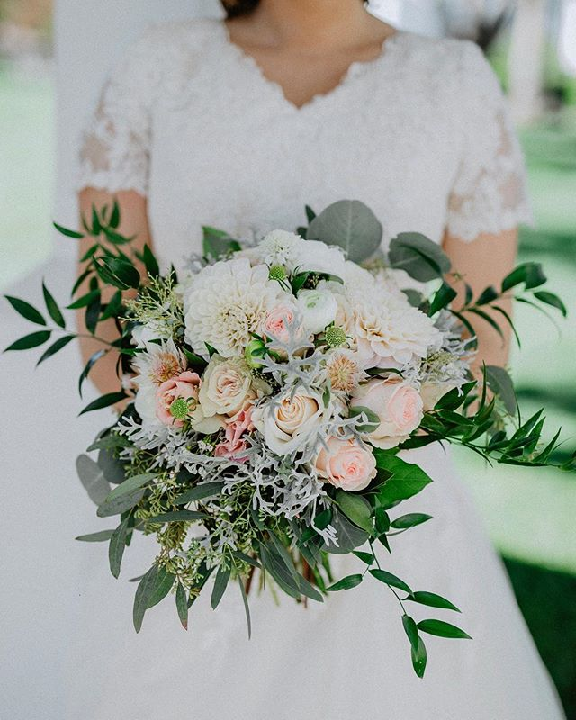LOVED this bouquet! • • • • • • • • • • • • • • • #southernutahphotographer#southernutahweddingphotographer#utahphotographer#keekphotography#stgeorgeweddings#engagements#bridalphotography#focusingonthepositive#savethephotographer#bridals#lifestylephotography#muchlove_ig#radstorytellers #twobrightlights#thekaptureco#utahbrideblog#belovedstories #theknot#adventurouslovestories#elopementlove#adventurebrides#dirtybootsandmessyhair#junebugswedding#unconventionaltogs#livewildatheart#authenticlovemag#beyondthewanderlust #loveandwildhearts#firstandlasts