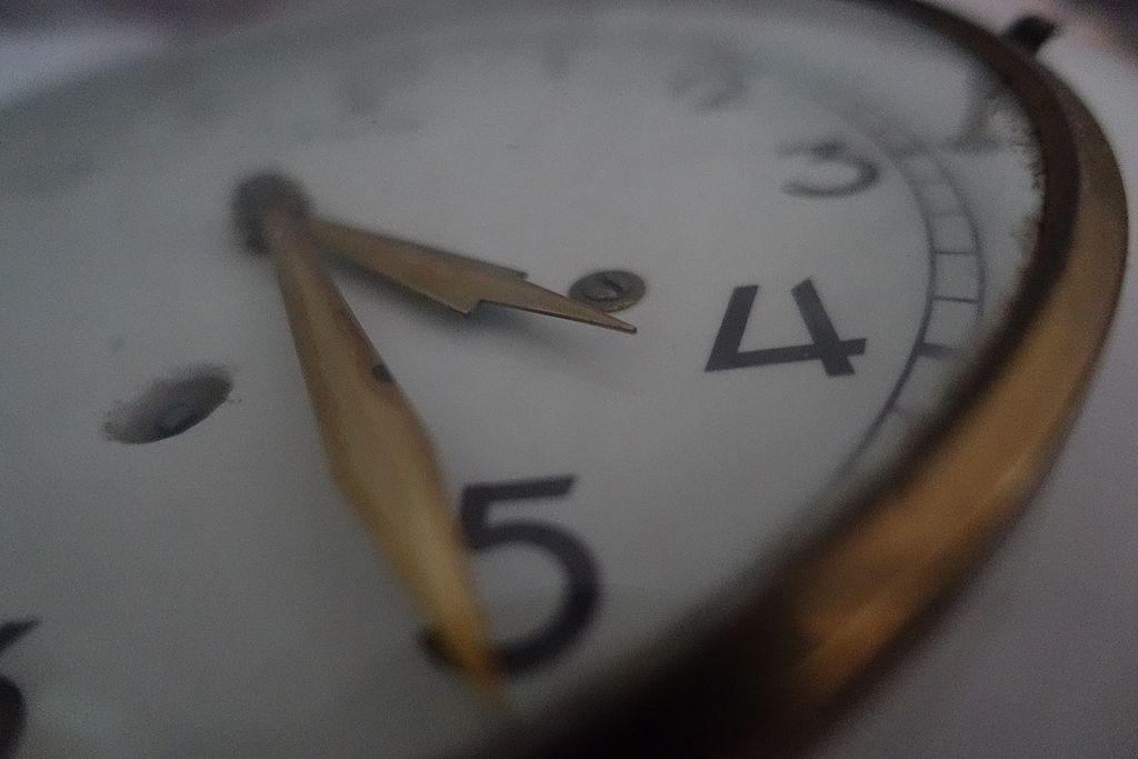 Old_Clock_Close_Up.jpg