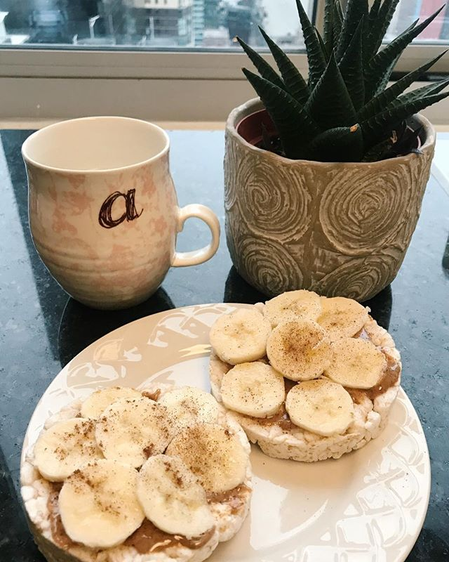 Rainy 🐪days call for rice cakes topped with 1/2 firm banana & 1T nut butter. Add a sprinkle of cinnamon on top to help lower blood sugar levels & reduce heart disease risk factors! What're some of your favorite morning snacks?! 150cals/13gm carbs/2.5gm protein/ 9.5gm Fat . . . . . • • • #balance #nyc #healthy #healthylifestyle #likeforalike #likethis #wellness #health #nutrition #homemade # mindfulness #healthyhabits #buzzfeed #motivation #lifestyle #happiness #love #instagood #follow #followme #smile #food #foodporn #foodgasm #eatingfortheinsta #fitness #workout #getfit #sandwich