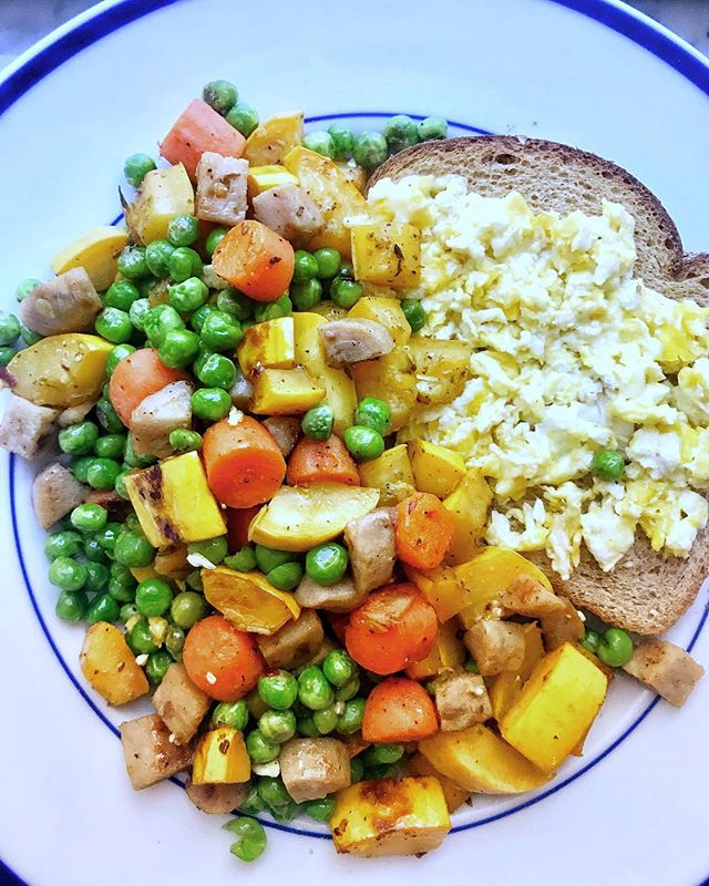 Starting to really feel like Fall here in NYC! Cooked myself the most amazing breakfast the other day: sautéed carrots, squash and peas in @chosenfoods avocado oil. Added in one organic apple chicken sausage for that protein! Also had a piece of whole wheat toast with 1 egg scrambled on the side of the veggie medley😋 OH and of course everything is from my fav @traderjoes . . . . • • • #balance #nyc #cleaneating #healthy #eatclean #healthylifestyle #foodporn #foodgasm #eatingfortheinsta #instafood #foodphotography #foodstagram #likeforalike #likethis #wellness #health #nutrition #dinner #mindfullness #iamwellandgood #eeeeeats #healthyhabits #foodie #fresh #healthyeating #buzzfeed #motivation #lifestyle #happiness