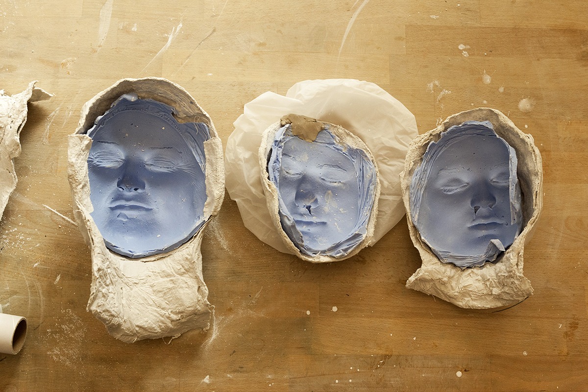 "Photo from Workshop: ""Anders Sein"" (""Being different""). The 7th grade pupils of the Thomas Mann High School had their own show at the Bode Museum. One group made cast sculptures of their own heads that they combined with text about their different personalities. © Juliane Eirich, 2018"